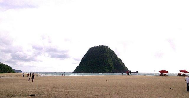 Bersantai layaknya turis di Pantau Pulo Merah asik kok.