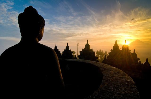 Menikmati Sunrise Epic Candi Borobudur.