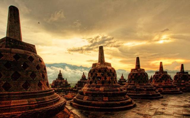 Menikmati semburat mentari pagi di Borobudur pasti menyenangkan.