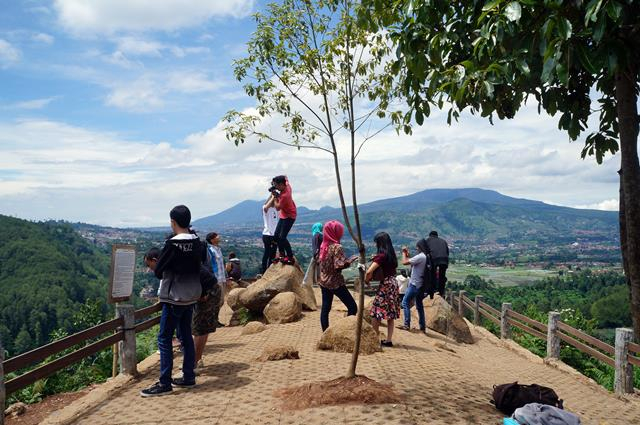 Selfie, atau foto - foto seru di Tebing Keraton wajib banget kalian lakukan kalau sudah sampai di Bandung!