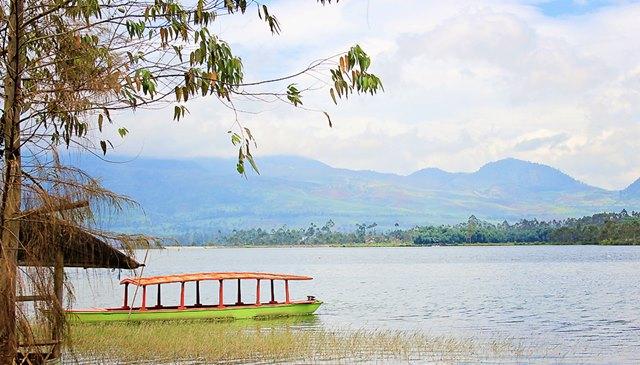 Siapa yang nggak mau menikmati suasa tenang di Situ Cileunca seperti ini.