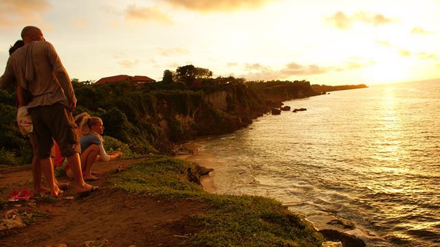Siapapun pasti tersihir dengan suasana syahdu pantai ini.