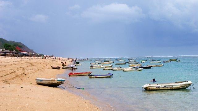 Tidak ada penginapan di dekat Pantai Pandawa, penginapan terdekat ada di Nusa Dua, Jimbaran atau Kuta dengan poppies lane-nya