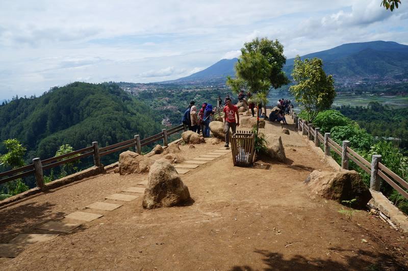 Datang ke tempat wisata Bandung yang ngehits ini pada hari biasa kalau nggak mau terlalu ramai