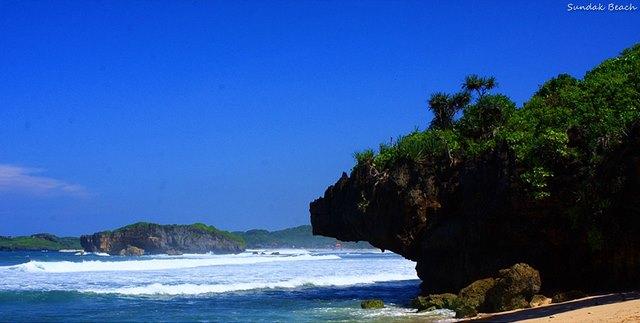 Langit biru di Pantai Sundak Yogyakarta.