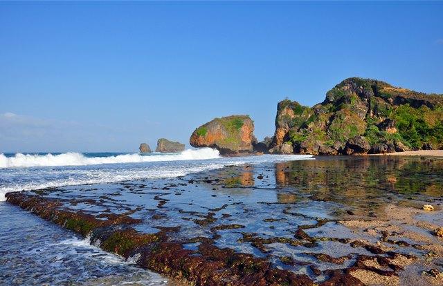 Pantai Siung penuh dengan karang, tetapi cantik.
