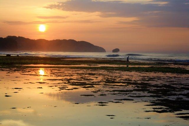 Senja di Pantai Sepanjang, Gunungkidul, Yogyakarta.