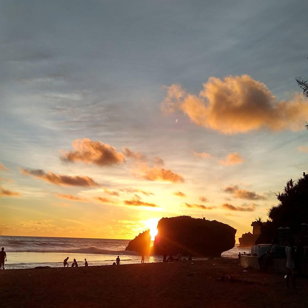 Sunset yang cantik di Pantai Kukup, pantai di Yogyakarta yang indah!