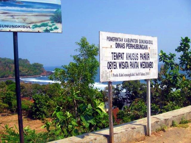Tempat parkir Pantai Wediombo.