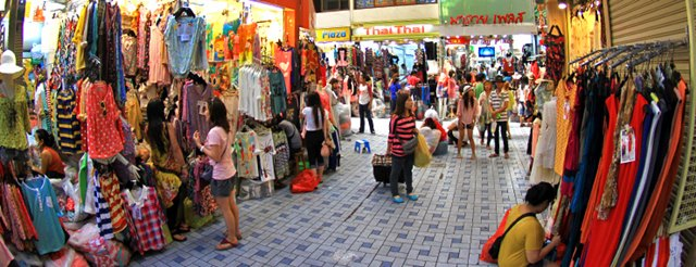 Pratunam adalah pasar pakaian yang besar dengan Pratunam marketnya. Pasti tempat favorit para shoppaholic deh ini.