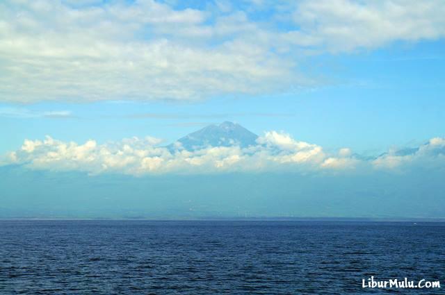 Gunung Rinjani menjulang tinggi di Lombok selalu menarik minat para pendaki gunung.