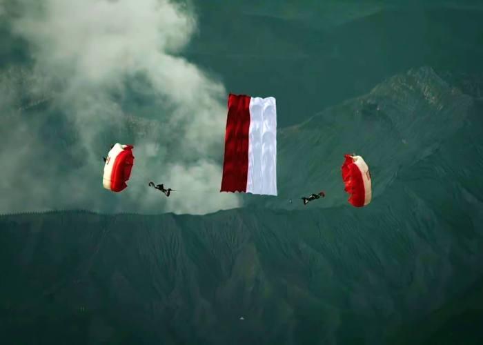 Keren! Tim Red Bull Kibarkan Sang Merah Putih Di Atas Gunung Bromo!