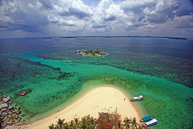 Panorama Pulau Lengkuas dari atas Mercusuar di Belitung.