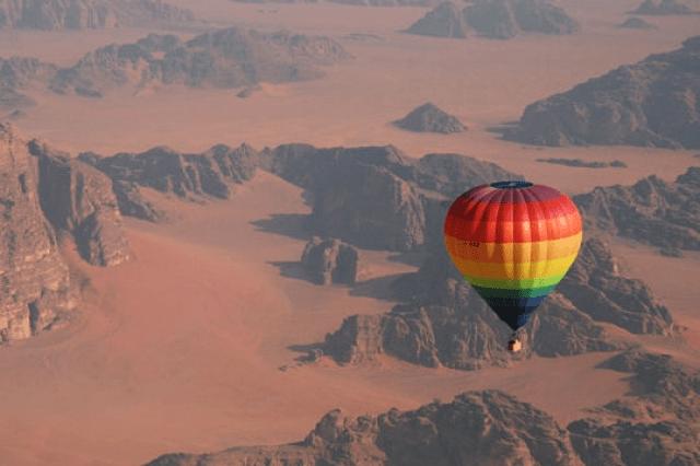 Hot Air Baloon Jordan yang menyajikan lanskap Gurun fenomenal (sumber)