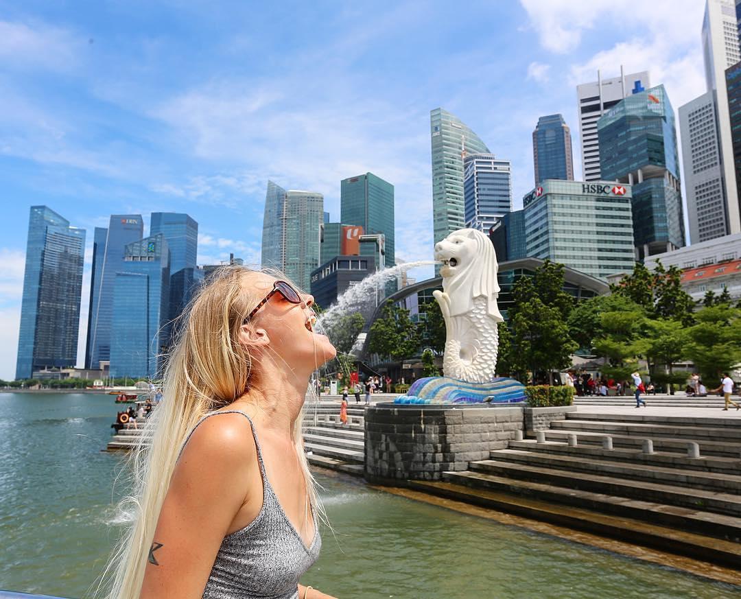 Ke Singapura, jangan lupa foto dengan Merlion ya!