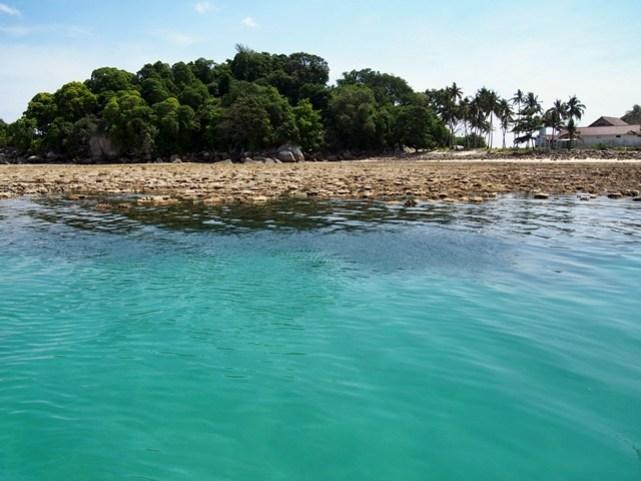 Pulau Lengkuas memiliki warna air laut yang sangat memikat