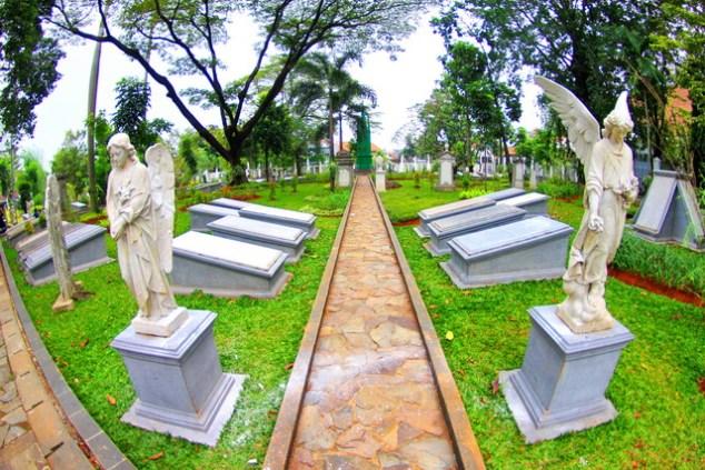 Nisan-nisan Kubur di Taman Prasasti (sumber)