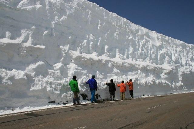 Salju setinggi hampir 3 meter di Tateyama Kurobe Alpine Route.
