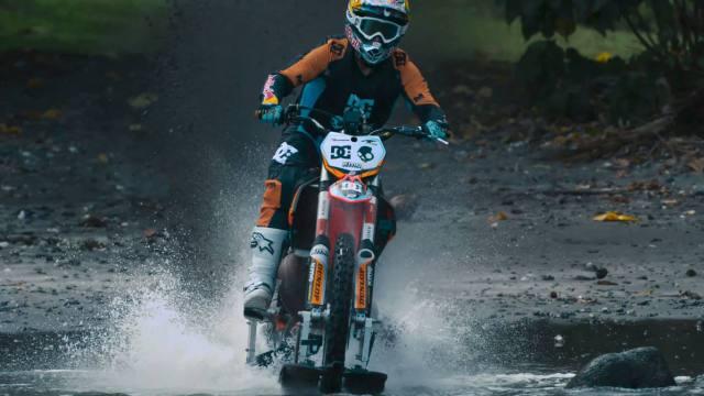 Tetap dengan sepeda motor.