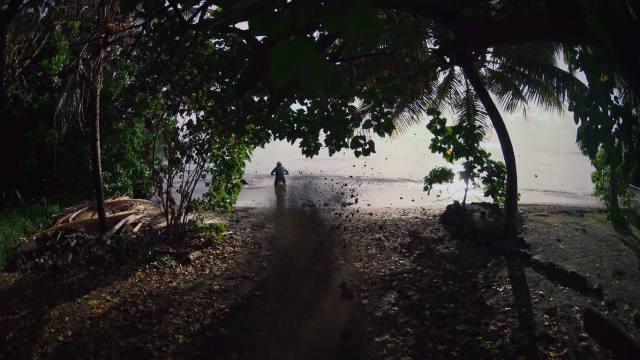 Tanpa memelankan sepeda motor, langsung menuju pantai!