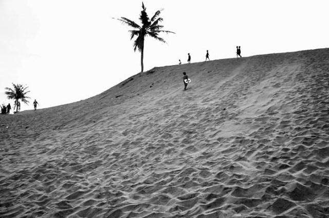 Gumuk Pasir Parangkusumo memiliki gundukan pasir dengan ketinggian berbeda - beda.