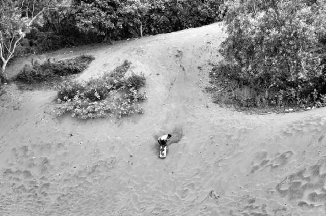 Kalau kalian sudah pro dalam bermain Sanboarding, bisa coba meluncur dari gundukan pasir setinggi ini.