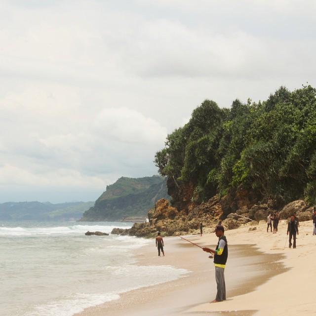 Kalian juga bisa melakukan kegiatan memancing di pantai yang ada di selatan jawa ini ya