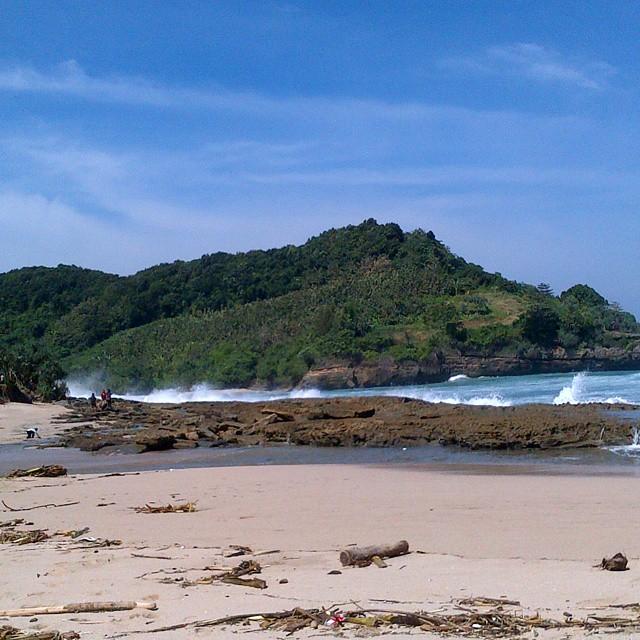 Ombak di Pantai Molang cukup besar, jadi harus berhati - hati ya!