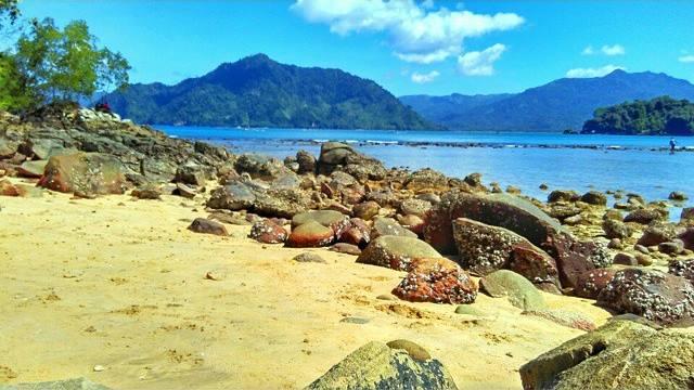 Pantai Karanggongso pemandangannya juga cakep.