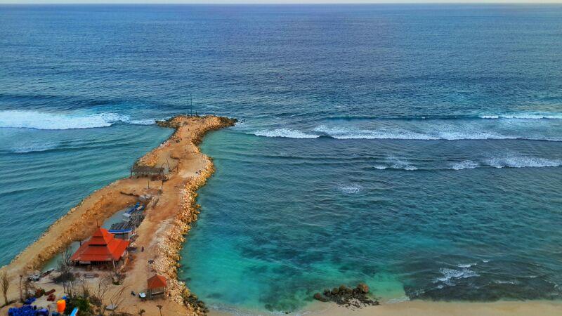 Pantai Melasti, pantai di bali ini bisa kamu kunjungi kalau liburan kesini.