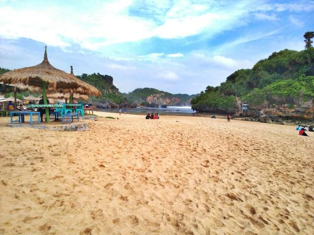 Pasir Pantai drini asik untuk digunakan duduk bersantai.