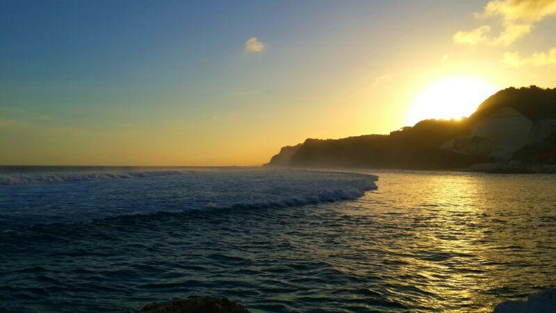 Pemandangan sunset Pantai Melasti juga sangat menawan.