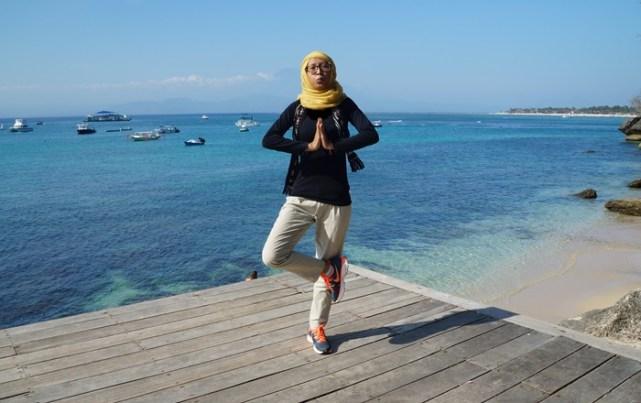 Pose yoga dengan latar laut yang biru seperti ini? Mana bisa di tempat lain!