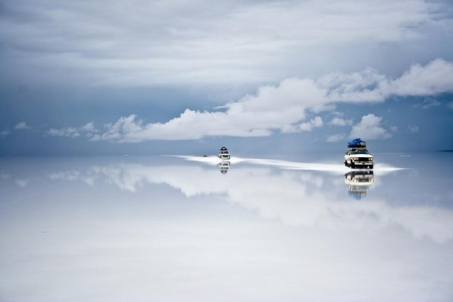 Ada yang bilang kalau Salar De Uyuni inii adalah cermin alami terbesar di dunia!