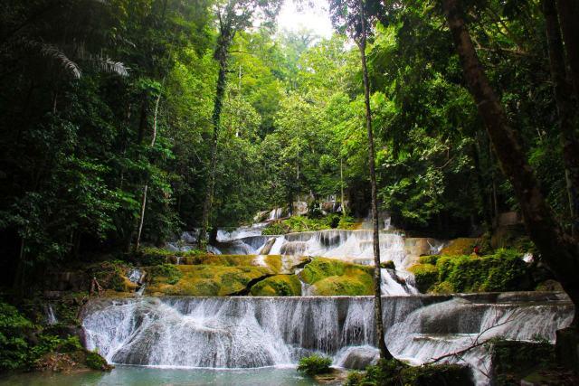 Air Terjun Moramo ini adalah air terjun bertingkat yang keren! Nggak nyangka Indonesia punya air terjun keren seperti ini!