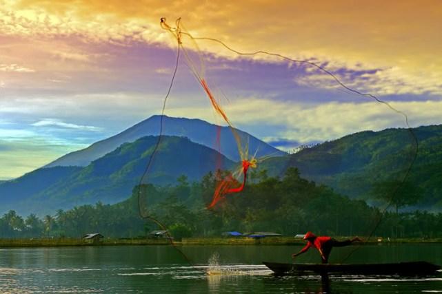 Kegiatan Nelayan yang dapat disaksikan di Rawa Pening