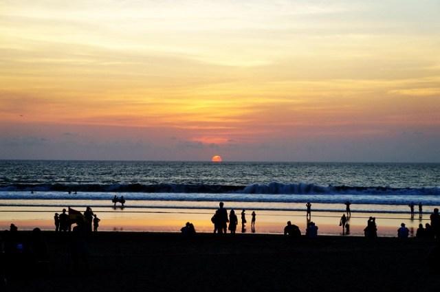 Sunset di Pantai Kuta yang membuatnya selalu ramai menjelang sore