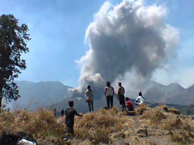 Beberapa pendaki mengamati Gungun Barujari yang sedang meletus dari jarak dekat, pasca awal letusan