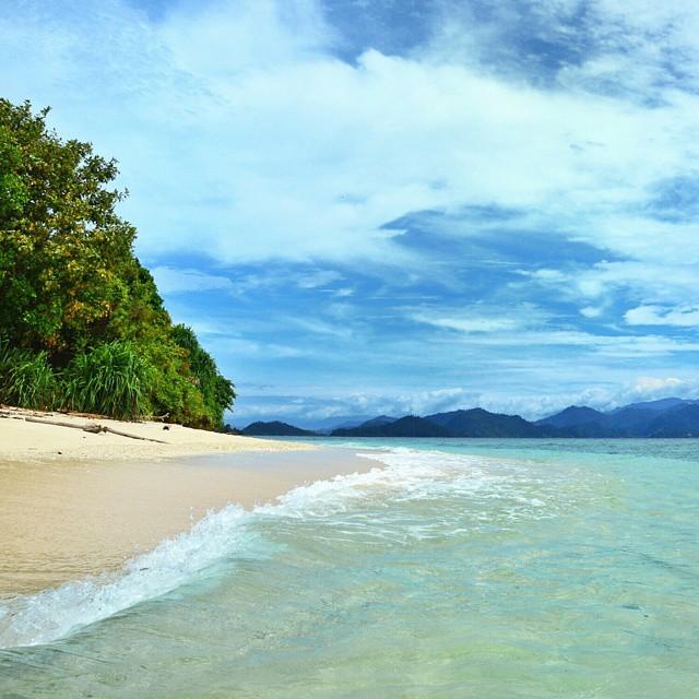 Langit biru, ditambah gradasi warna laut yang menenangkan hati di Pulau Marak