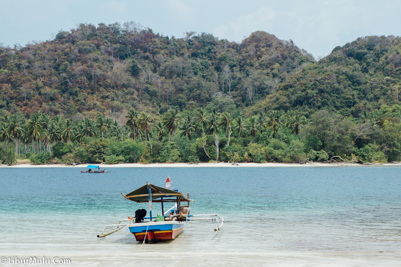 The island&#39;s landscape is so beautiful </figcaption></figure> <h3> Tips on Going to the Island of Little Passes </h3> <ol> <li> Bring and wear sunblock, because the heat of the sun will be so sting here. </li> <li> No one sells on Pulau Kelagian Kecil, so you should bring your own lunch if you want to eat lunch here </li> <li> There is no lodging in Pulau Kelagian Kecil. If you want to spend the night on this island, you should bring a tent. Because the island itself is so quiet, so it would be nice to set up tents and spend the night here. </li> <li> There is only one bathroom to change clothes, but there is no water in it. (19659026) Bring Snorkeling equipment if you want to try snorkeling around the island </li> </ol> <figure id=