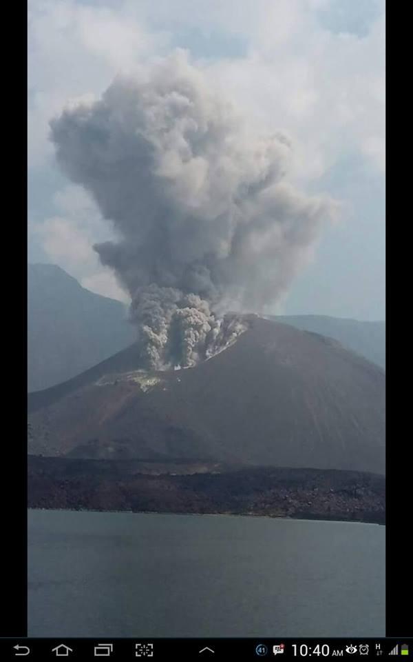 Material vulkanik tebal keluar dari Gunung Barujari di Puncak Gunung Rinjani