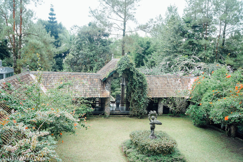 The interior of the Ullen Sentalu Museum [19659059] Part in Ullen Sentalu Museum </figcaption></figure> <p> After the Kampung Kambang area, there is a room in the Ullen Sentalu Museum in the form of the Retja Landa Corridor. This place is considered as a museum that is outdoors by exhibiting statues of goddesses from the VIII-IX century AD. Where at that time the Hindu-Buddhist culture was still developing. </p> <p> In the Ullen Sentalu Museum there was also a space section, namely Sasana Sekar Bawana. There are displayed several paintings of the King of Mataram, statues and paintings with bridal makeup in the style of Yogyakarta and Surakarta. And at the end of the tour in the Ullen Sentalu Museum, you will be treated to a special drink whose recipe is still a legacy of Gusti Kanjeng Ratoe Mas and is believed to be very good for health and so you can look youthful if you drink it diligently. </p> <p> At Ullen Sentalu Museum you will be able to see more closely about Javanese culture, genealogy, painting, and also the Javanese cultural heritage that must be preserved. So, if you are visiting Yogyakarta, you must divert your holiday itinerary to Jalan Kaliurang and then stop by the Ullen Sentalu Museum. </p> <figure id=