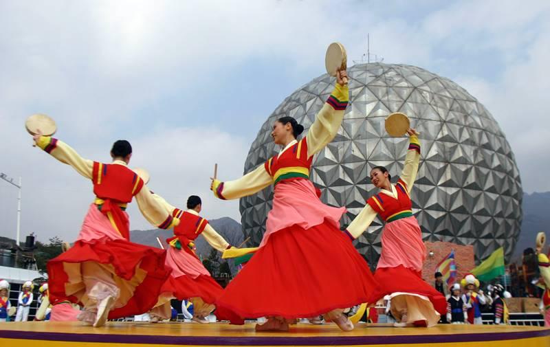 Daya Tarik Budaya Korea Selatan begitu unik, tapi kalian perlu visa untuk melihatnya. Tenang, cara mengurus visa ke Korea Selatan gampang kok!