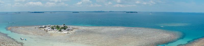 Panorama dari Pulau Lengkuas yang eksotis