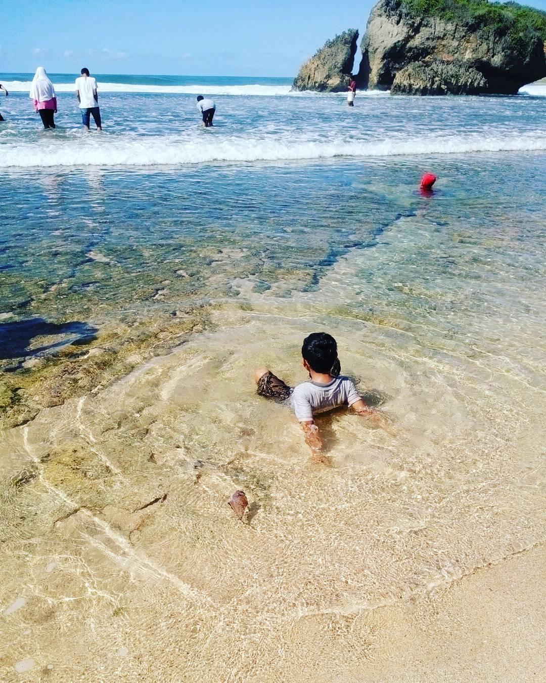 Jernihnya air di Pantai Kukup pasti membuat siapapun betah bermain air disini