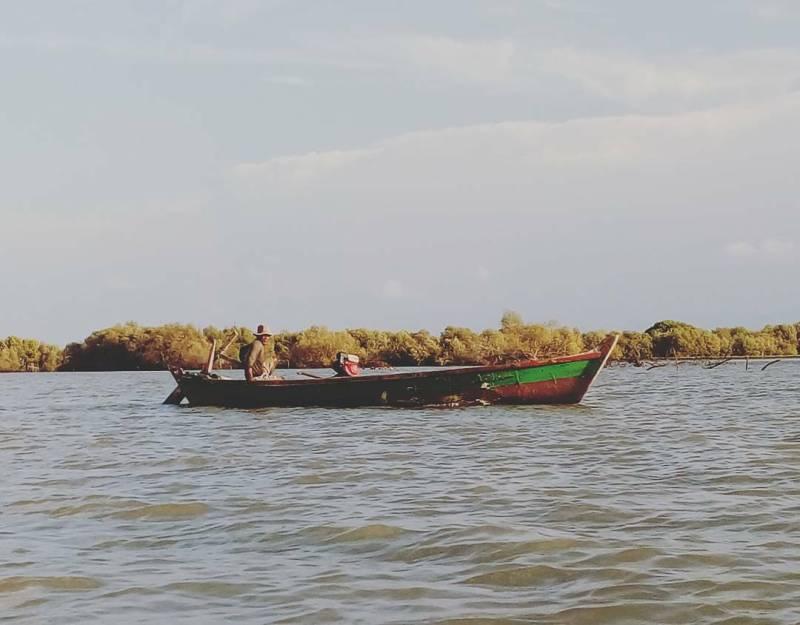 Kehidupan nelayan di sekitar pantai