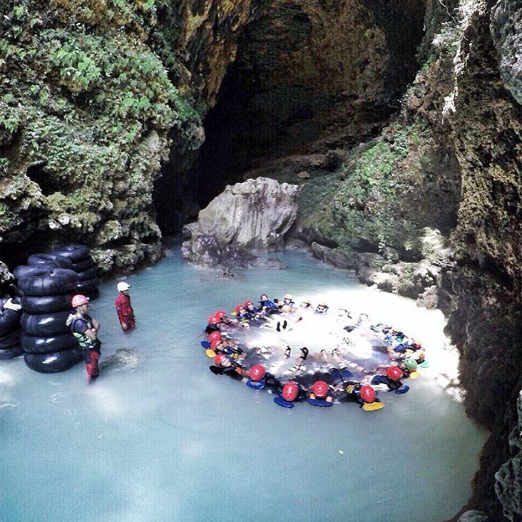 Makin rame makin seru cave tubing di Kalisuci ini