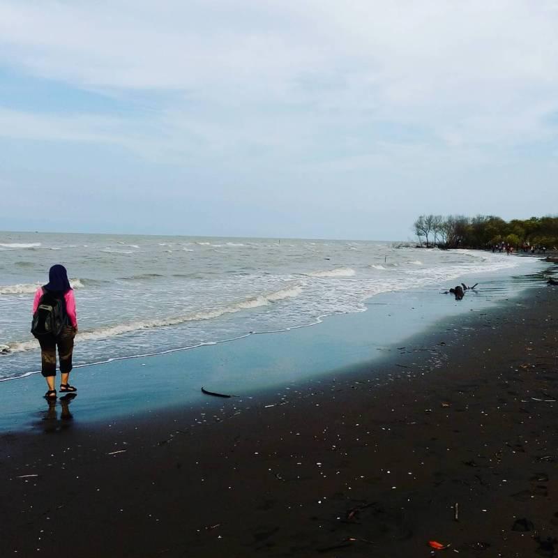 Pantai berpasir hitam di Bekasi yang keren! Siapa sudah pernah kesini?