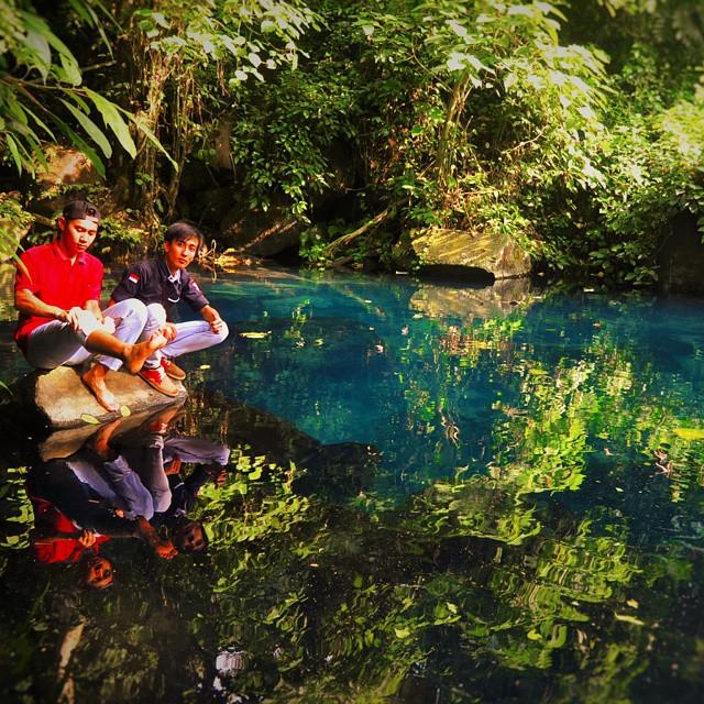 Selain berwarna kebiruan, danau ini bisa dipakai bercermin saking kinclongnya!