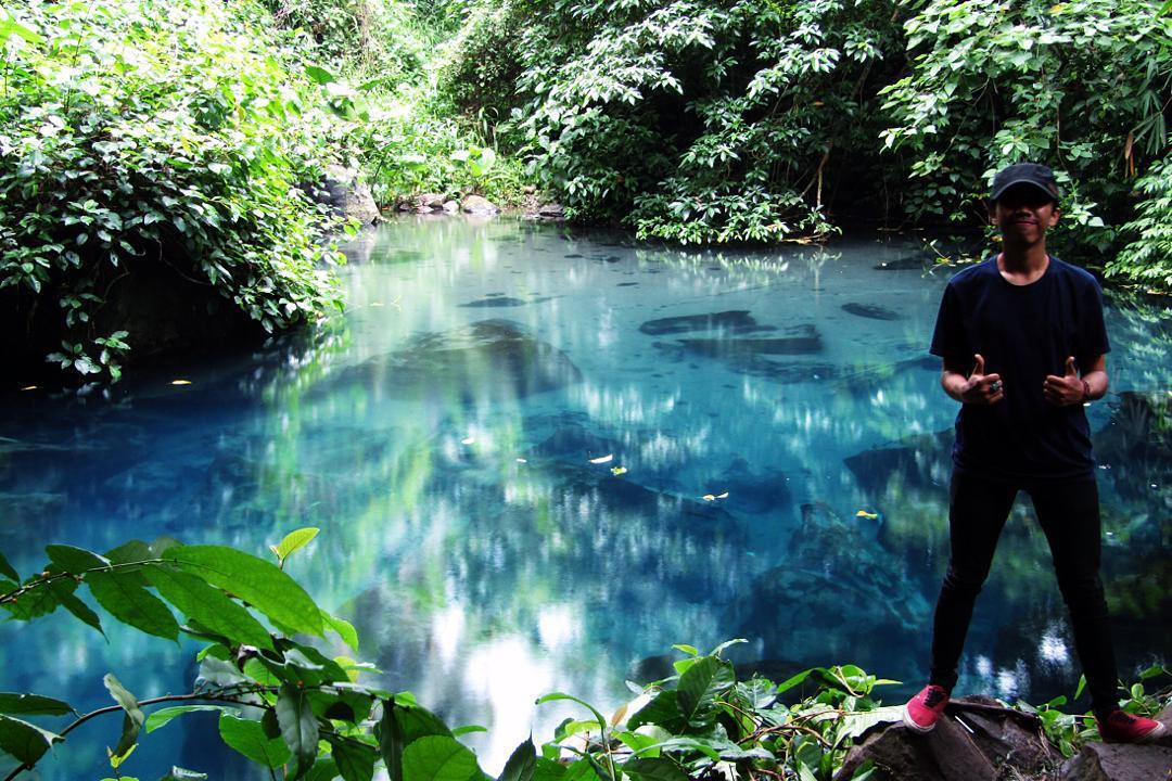 Banyak orang datang ke wisata terbaru di Sumedang, yaitu Situ Biru Hariang Cilembang untuk sekedar menikmati keindahan alamnnya, atau berpose selfie seperti ini.